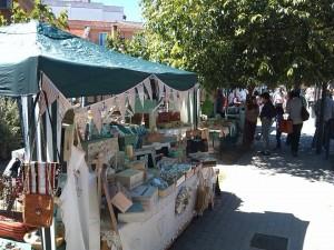 Vista de los puestos del mercadillo de artesanos