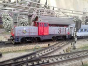 Una 311 remolcando un tren de pasajeros