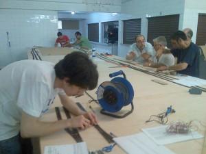 Socios colaborando en la construcción de nuestra actual Maqueta de escala HO c.c / digital