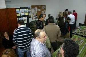Detalle de una exposición de Puertas Abiertas de la Asociación en el año 2009, ocupando las zonas comunes a las demás asociaciones
